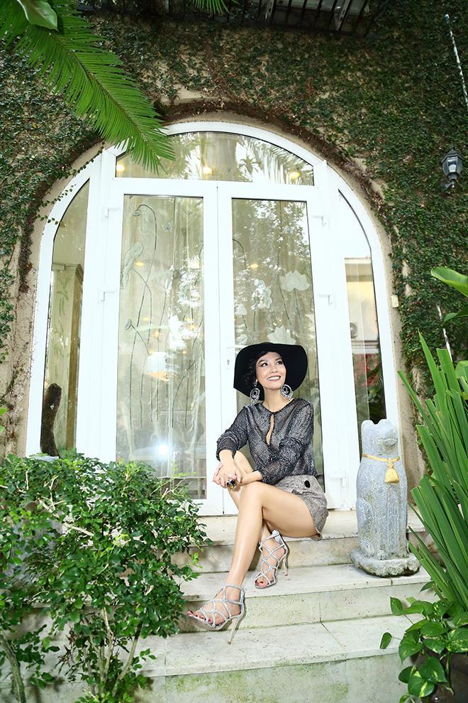 Siêu mẫu Vũ Cẩm Nhung chụp ảnh trước khuôn viên biệt thự triệu đô của mình