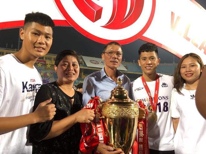 Thường xuyên đến sân cổ vũ bạn trai, Trang đã trở thành thành viên quan trọng trong gia đình chàng trung vệ.