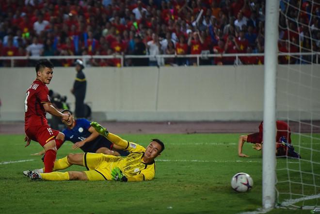 Đơn vị truyền hình nơi diễn ra trận đấu sẽ sản xuất hình ảnh, chuyển về trụ sở ban tổ chức tại Singapore trước khi nó đến được với các nhà đài có bản quyền thông qua vệ tinh.