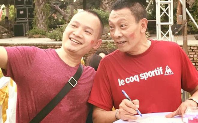 Cha con Lại Văn Sâm, Lại Bắc Hải Đăng vỡ òa sau chiến thắng của đội nhà. Hai người cùng cảm ơn HLV Park Hang-seo.