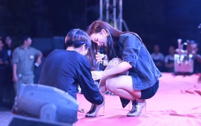 Hình ảnh fan buộc lại dây giày cho Đông Nhi khiến nhiều người thích thú.