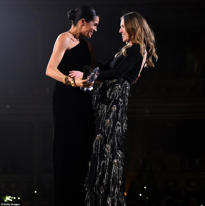 Meghan Markle trao giải cho Clare Waight Keller – giám đốc sáng tạo của thương hiệu Givenchy, cũng là người đã thiết kế váy cưới cho Công nương xứ Sussex hồi tháng năm.