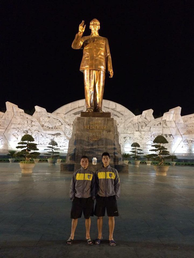 Có vẻ như vị trí đứng chưa lần nào thay đổi. Cứ chụp cùng nhau là Quang Hải đứng bên tay trái còn Đình Trọng đứng bên phải.