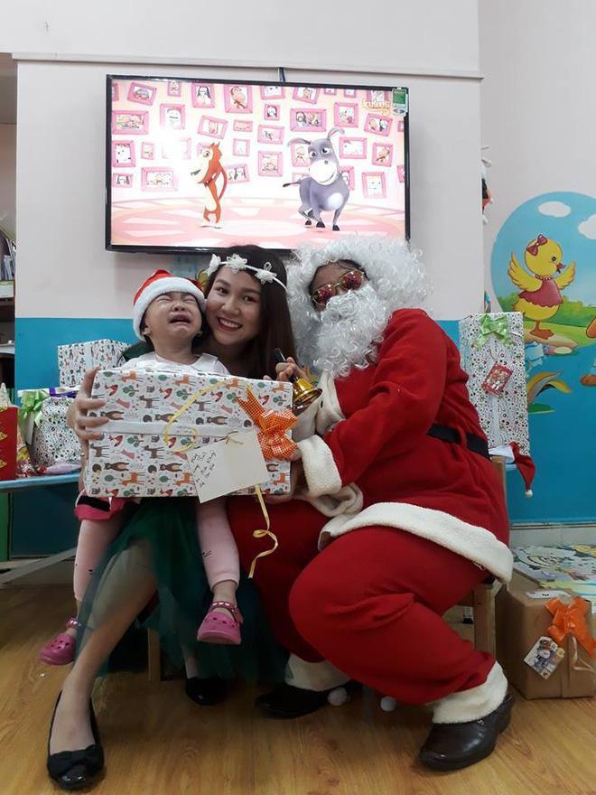 Gương mặt đáng thương của bé gái khi nhìn thấy ông già Noel