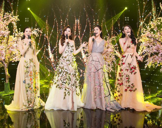 Tất cả đều khoe sắc trong các chiếc váy lộng lẫy, được đính kết hoa rơi tinh tế, đây là những sáng tạo của NTK Trần Hùng.