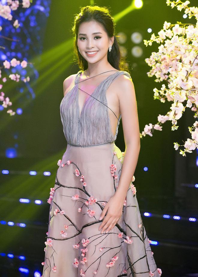 Trong đó, Tiểu Vy - Hoa hậu Việt Nam 2018 gây chú ý với chiếc váy có phần thân cực kỳ gợi cảm, khoe cả tấm lưng ong và phần ngực nhưng chẳng hề phô phang, phản cảm.