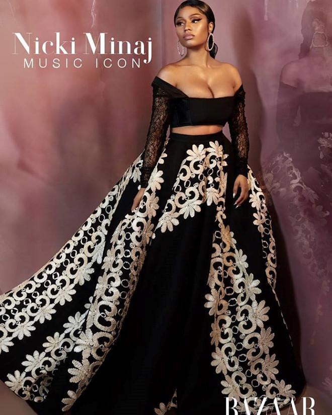 Trang phục của NTK gốc Việt Cory Trần được nữ ca sĩ Nicki Minaj khoác lên mình thiết kế váy đính kết hoa văn tinh tế, xuất hiện trong bộ ảnh thời trang của một tạp chí thời trang.
