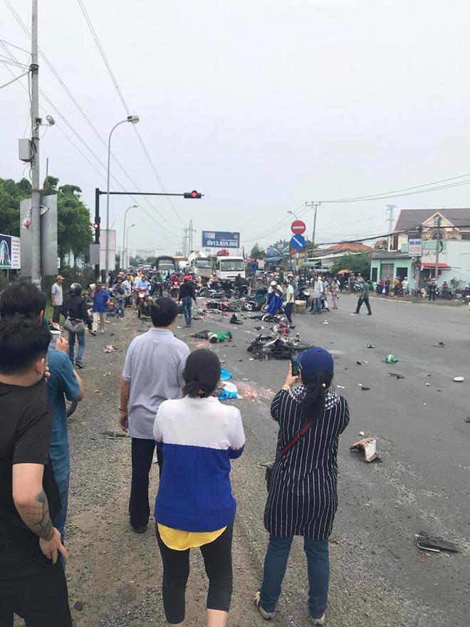 Rất đông người dân dừng lại xem vụ tai nạn.