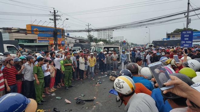 Sau khi xảy ra tai nạn, nhiều người dân chạy tới thì thấy xe máy và nạn nhân nằm la liệt. Nhiều người được đưa đi cấp cứu nhưng rất nguy kịch.