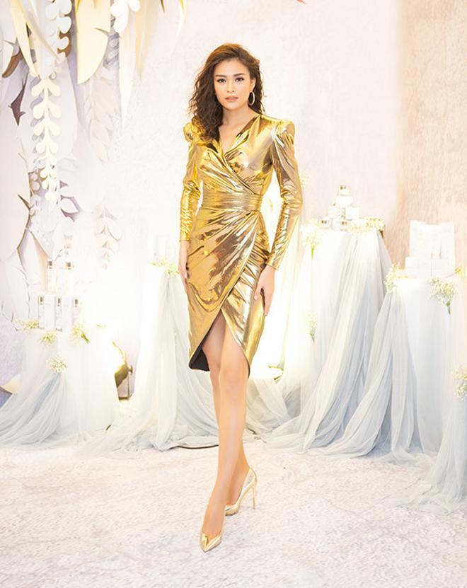 Mâu Thủy chơi nổi với bộ váy ánh kim rực rỡ