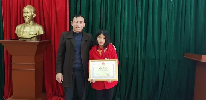 Lãnh đạo Phòng Giáo dục – Đào tạo huyện Cẩm Xuyên (Hà Tĩnh) ủy quyền trao bằng khen cho em Lâm.