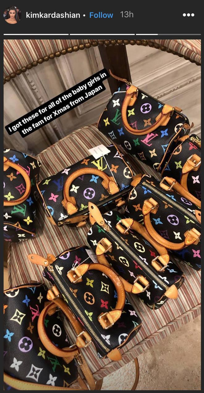 Kim khoe hàng loạt túi xách hàng hiệu của thương hiệu LV mà cô mua tặng cho con cháu trong nhà trên mạng xã hội