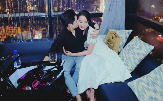 Phan Thành nhẹ nhàng hôn má bạn gái mới trong tiệc sinh nhật cô