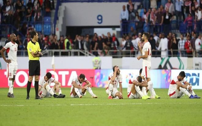 Cầu thủ Jordan gục ngã sau khi để thua ĐT Việt Nam.