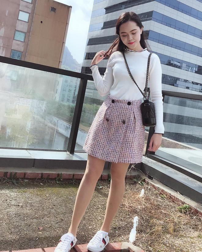 Nhìn Quỳnh Anh ăn mặc giản dị vậy thôi nhưng các món đồ cô khoác lên người đều là hàng hiệu.