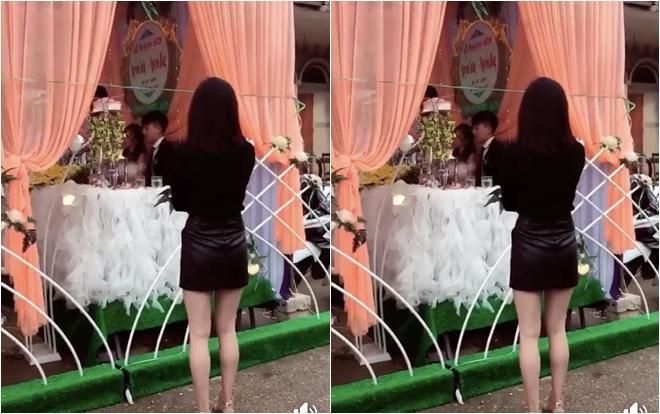 Hình ảnh cô gái đừng nhìn chằm chằm vào cặp đôi khiến nhiều người tỏ ra ái ngại. Ảnh: Facebook