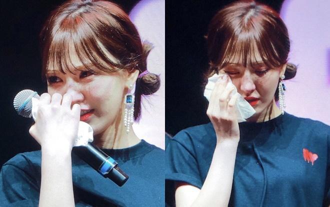 Wendy không kiềm được nước mắt khi phát biểu.