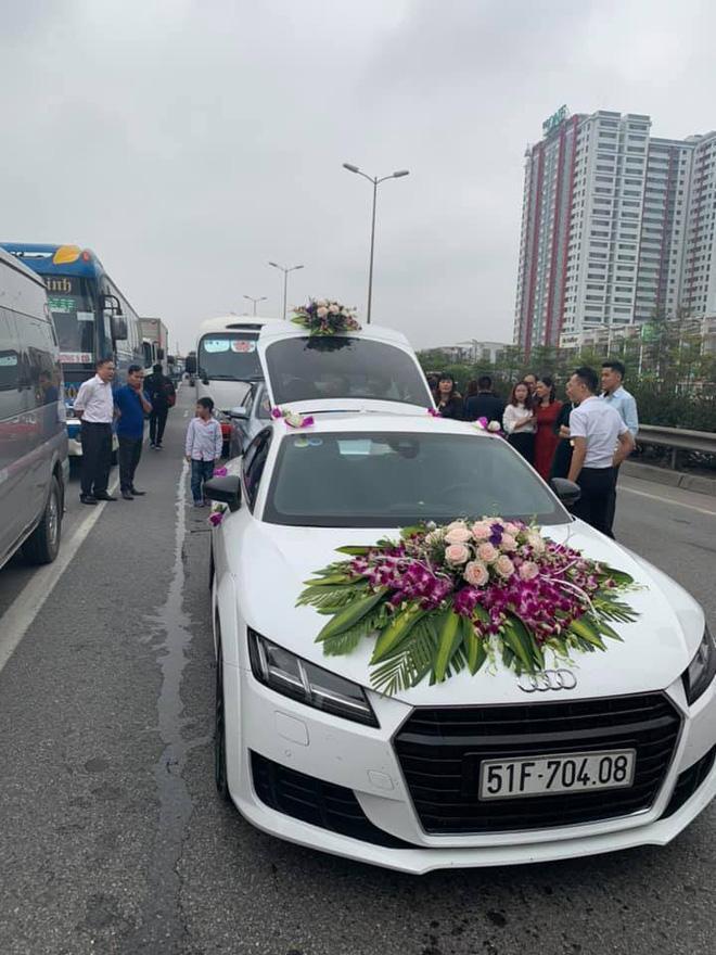 """Xe rước dâu cũng vì thế mà """"chôn chân"""" trên đường cao tốc. Ảnh: Facebook"""