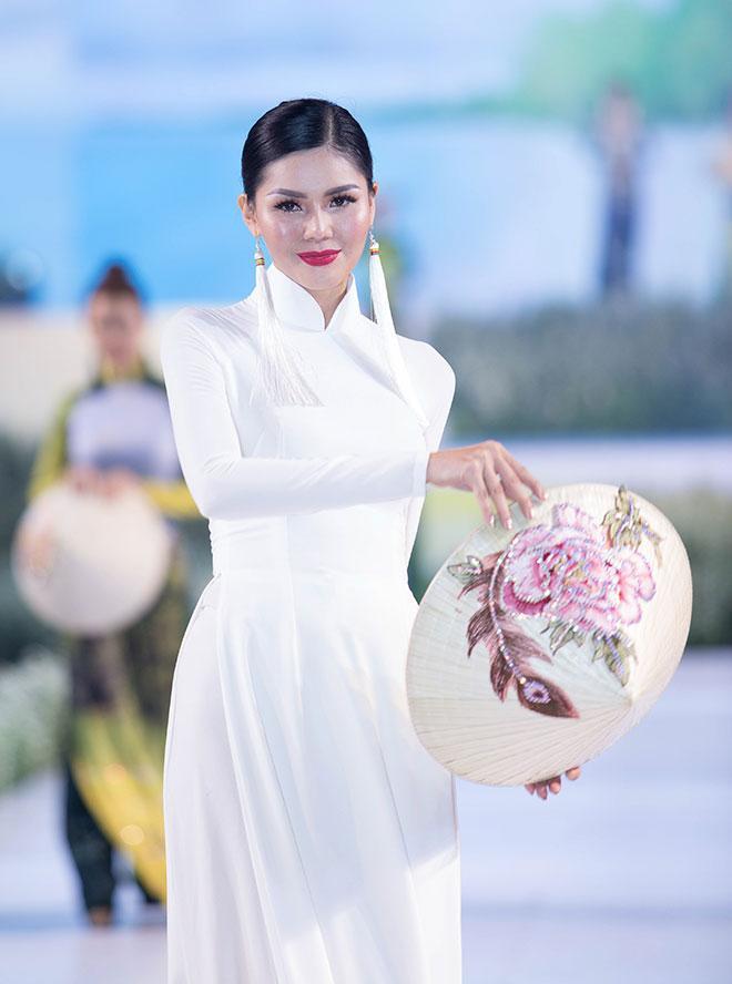 Áo dài trắng luôn là điều không thể thiếu trong các BST áo dài
