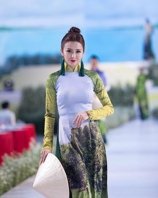 Áo dài họa tiết thiên nhiên trên nền vải lụa thướt tha duyên dáng
