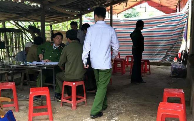 Cơ quan chức năng khám nghiệm tử thi ông Nguyễn Văn Th. (ảnh Hồ Thắng)