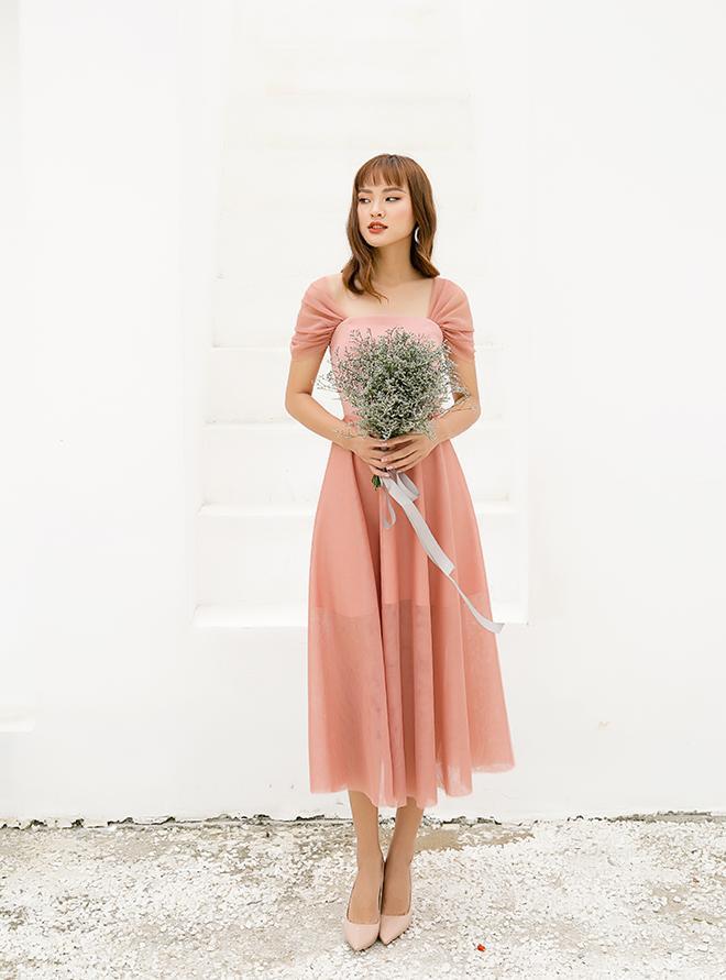 Mẫu váy minimalist này cũng rất phù hợp với những bữa tiệc báo hỉ nhẹ nhàng hoặc chiêu đãi bạn bè trước ngày cưới.