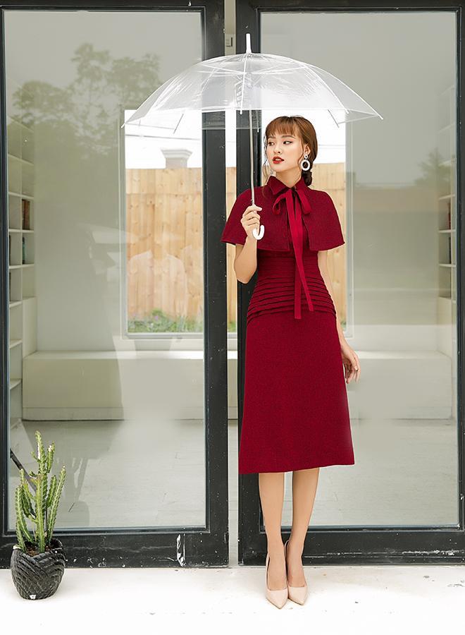 Những đường xếp li trên phom váy đứng dáng tạo cảm giác thon gọn từ chân ngực đến hông váy