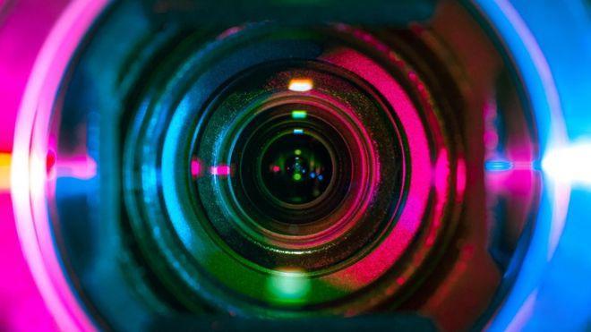 Các camera quay lén thường được gắn vào máy sấy tóc, TV, đui đèn…