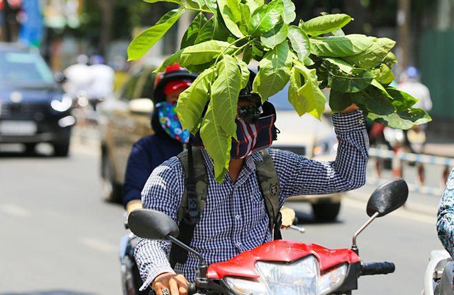 Bác sĩ khuyến cáo người dân ra đường trong nắng nóng cao điểm nên che chắn kỹ, tránh nguy cơ bỏng da. Ảnh: Quỳnh Trần.