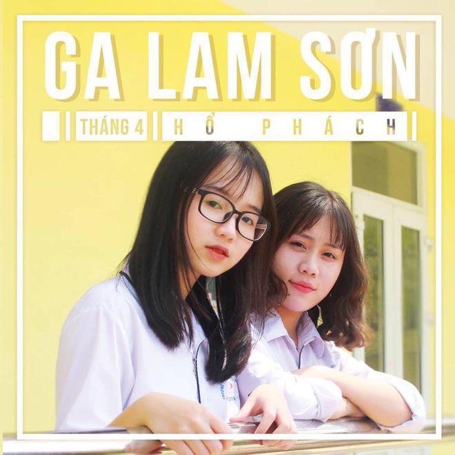 """Cô gái từng xuất hiện trong tờ nội san của trường THPT chuyên Lam Sơn, Thanh Hóa. Huyền Minh không ngại nhận lời nếu được mời làm mẫu ảnh. """"Khi đó chắc chắn em sẽ phải chăm chút nhiều hơn đến ngoại hình"""", cô gái vui vẻ chia sẻ."""