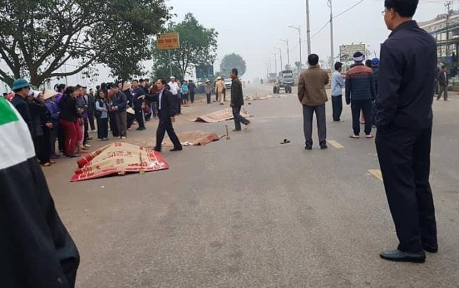 Hiện trường vụ tai nạn thương tâm khiến 7 người đi đưa tang bị xe khách tông tử vong.