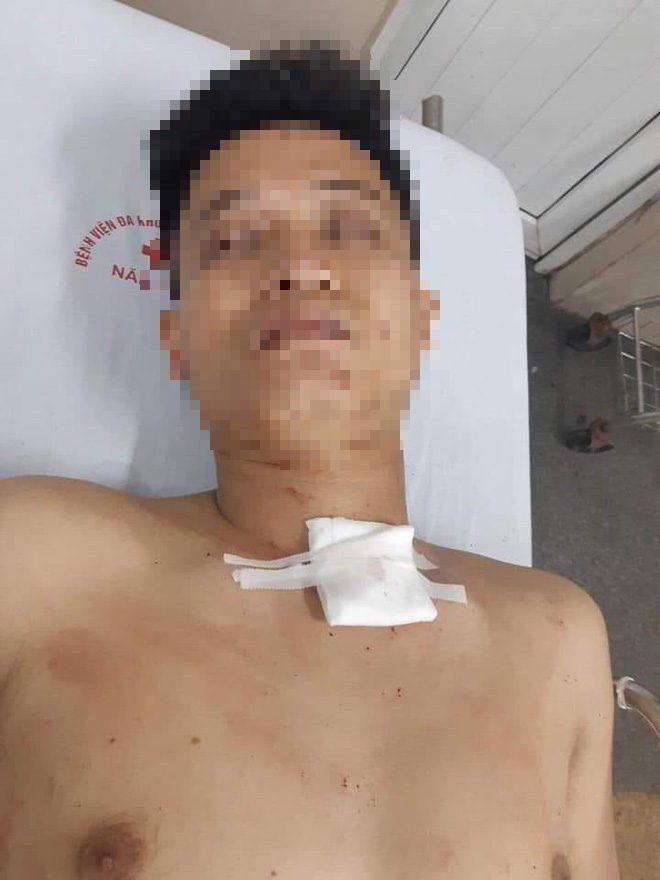Đối tượng Nghị được đưa đi bệnh viện cấp cứu.