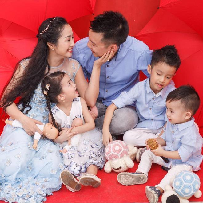 Ốc Thanh Vân và ông xã Minh Trí quen nhau khi cả hai còn ngồi trên ghế nhà trường. Sau 8 hẹn hò, cặp đôi quyết định về chung một nhà bằng một đám cưới rình rang. Cả hai đã có 3 con kháu khỉnh.
