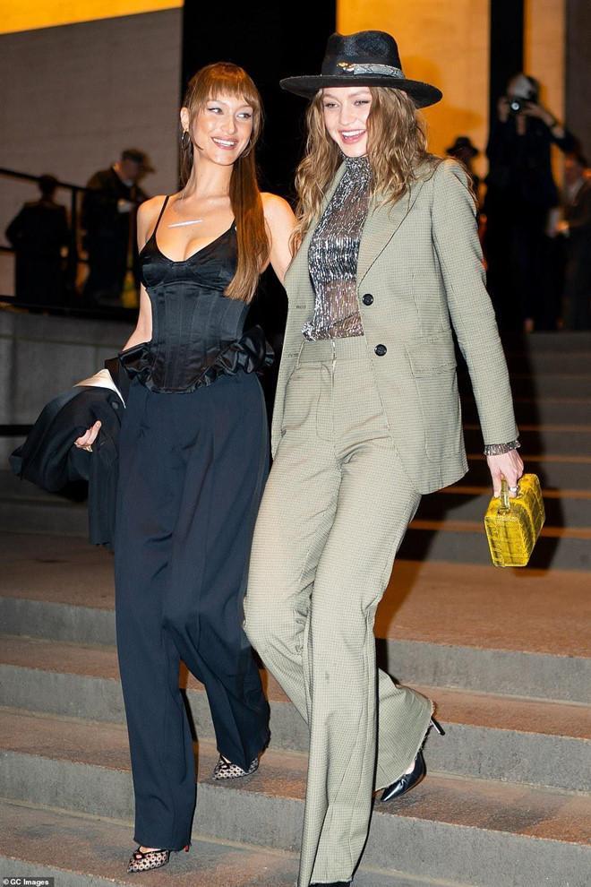 Hai chị em nhà Hadid chọn cho mình những bộ suit đặc sắc. Bella theo đuổi phong cách gợi cảm còn Gigi lại yêu thích nét mạnh mẽ, menswear.
