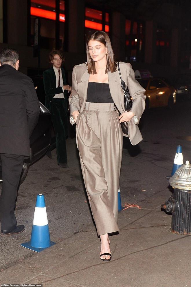 Kaia Gerber cực kỳ thú vị với vest độn vai mix cùng quần ống rộng.