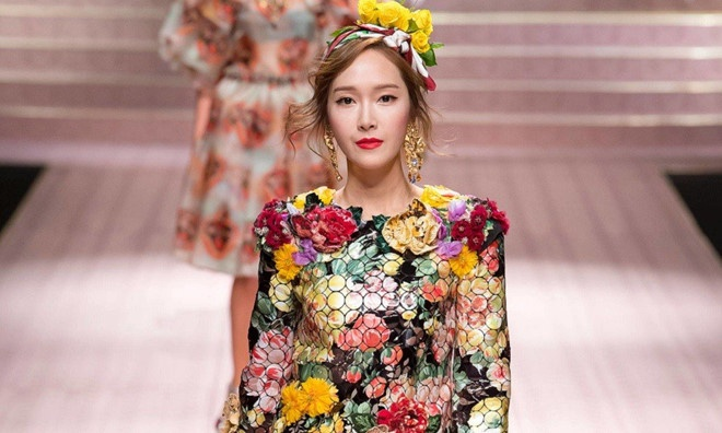 Trên sàn diễn của D&G, Jessica nổi bật với bộ váy ngắn như trăm hoa đua nở.