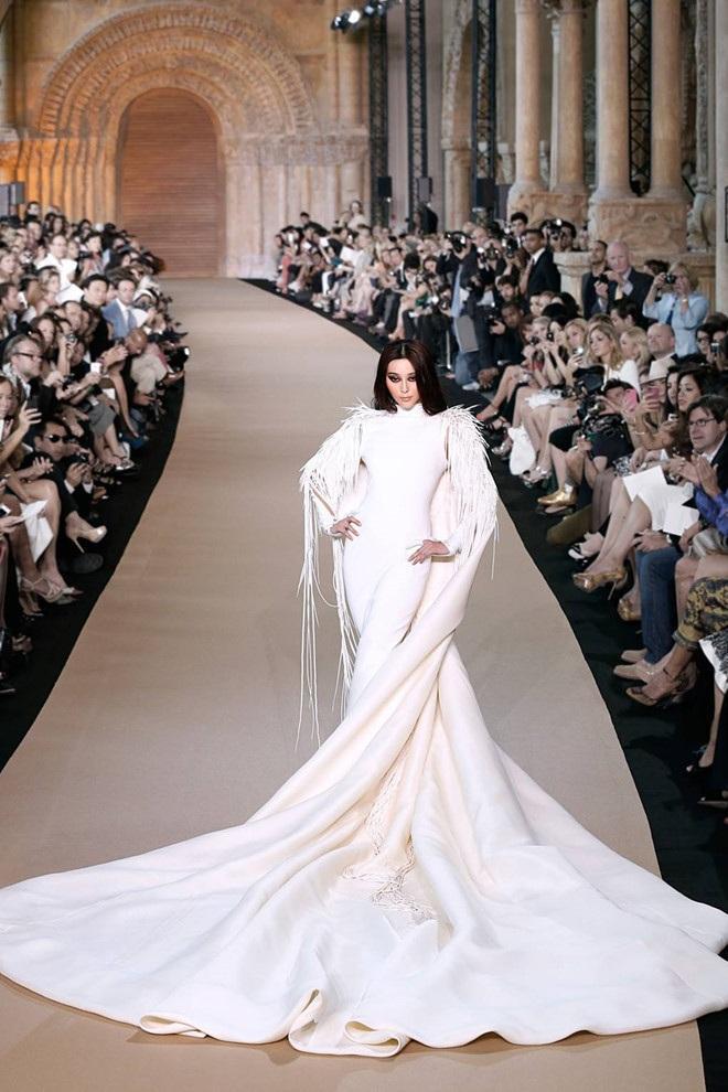 Diễn viên hàng đầu của showbiz Hoa Ngữ được nhà mốt Pháp giao cho mẫu váy dạ hội trắng muốt lộng lẫy dài gần 6 m với phần lông vũ đính kết cầu kỳ, tinh tế.