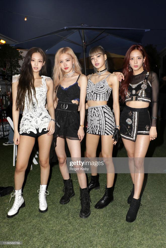 Trang phục đẹp đều của 4 thành viên