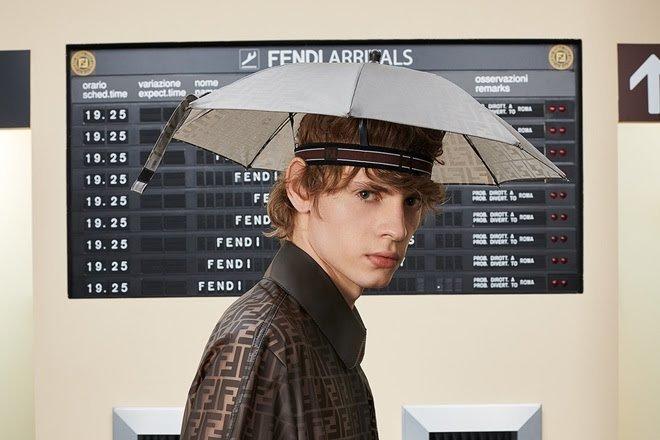 Bị mang ra làm trò hài nhưng combo nón  dù của Đức Phúc có giá cực chát ảnh 2