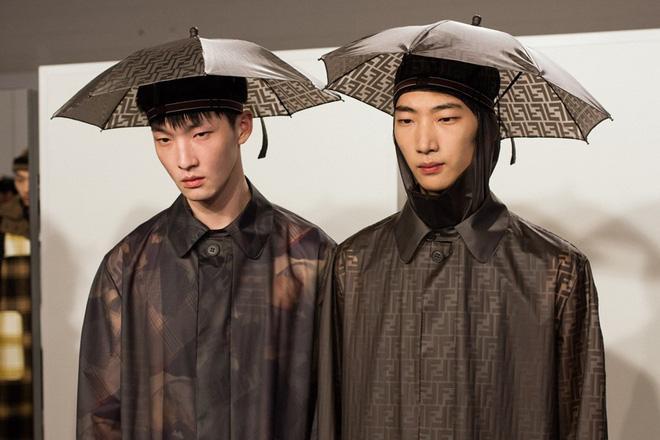 Bị mang ra làm trò hài nhưng combo nón  dù của Đức Phúc có giá cực chát ảnh 3