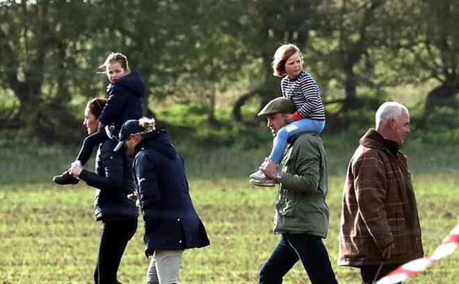 Gia đình William vui vẻ cùng nhau ra ngoài.