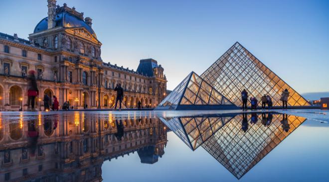 Kim tự tháp này được bắt đầu xây dựng vào năm 1983 và hoàn thành vào năm 1989 dưới thời Tổng Thống Francois Mitterand. Toàn bộ kim tự tháp được xây bằng 673 miếng kính (603 miếng kính hình thoi và 70 miếng kính hình tam giác) cùng các khớp nối kim loại, với chiều cao là 20,6 m.Bao bọc xung quanh kim tự tháp là 7 đài phun nước hình tam giác hướng lối vào cho khách tham quan đi xuống tiền sảnh dưới tầng hầm.