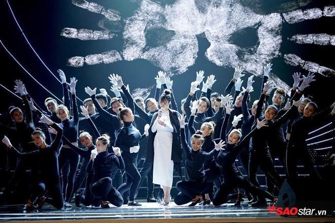 Nữ ca sĩ mang đến Lễ trao giải ca khúc Cảm ơn (We Belong Together).