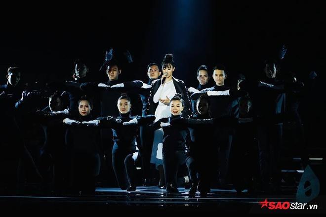 Sự kết hợp cùng vũ công tạo nên một phần trình diễn vô cùng đặc sắc.