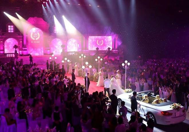 Không gian tiệc cưới được trang hoàng như một đêm đại nhạc hội