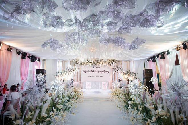 Không gian tiệc cưới được trang hoàng lộng lẫy.