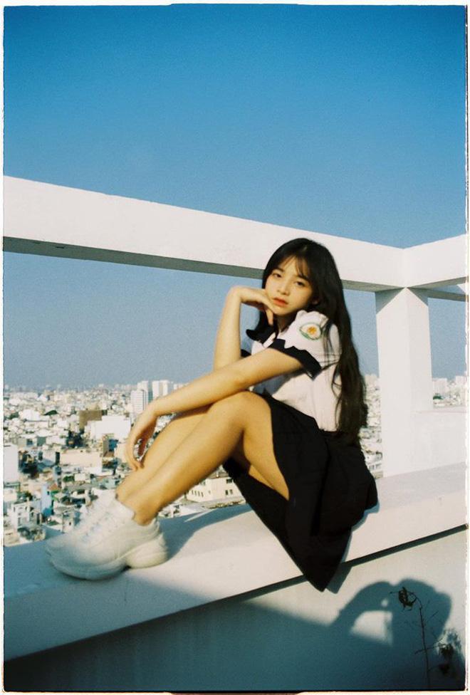 """Ngọc Quỳnh sinh năm 2001, hiện đang học tại THPT Trần Phú (TP.HCM). Cô nàng được gọi là """"nữ thần đồng phục"""", vì sự dễ thương, xinh xắn khi diện đồng phục của mình."""