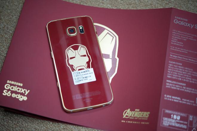 """Samsung cũng từng khiến """"thiên hạ trầm trồ"""" khi cho ra mắt chiếc Samsung Galaxy S6 Edge phiên bản Iron Man với thiết kế ấn tượng. Bên cạnh tông màu đỏ - vàng bắt mắt và biểu tượng Iron Man được in ở mặt lưng, chiếc điện thoại này còn được tặng kèm một kế sạc không dây có thiết kế lấy cảm ứng từ Arc Reactor của Iron có thể đốn tim bất kì người hâm mộ nào của nhân vật này."""