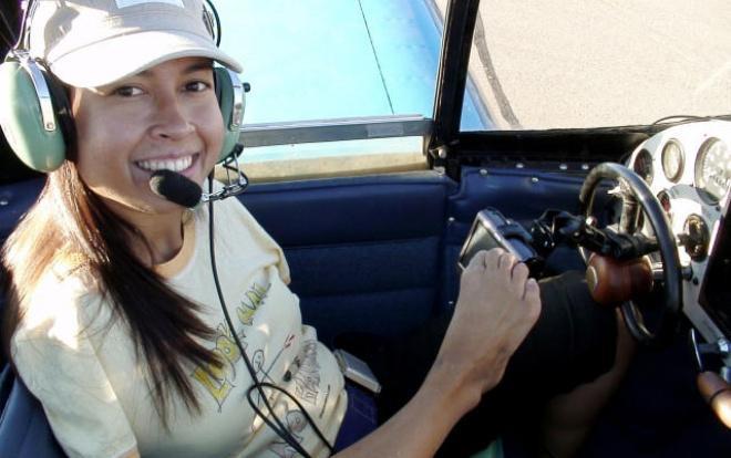 Jessica Cox lái máy bay bằng chân.