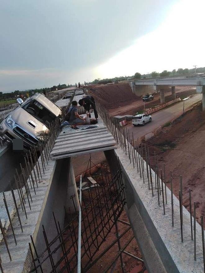 Một số người suy đoán chiếc xe bay từ đoạn đường bên kia tới giữa cây cầu đang xây.